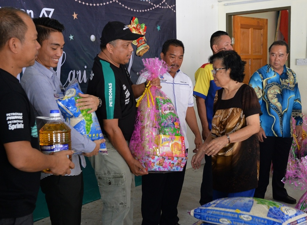 Head of Kimanis Petroleum Training Centre Moh Ariffin A Ahaling handing over of a food hamper to one of the recipients.