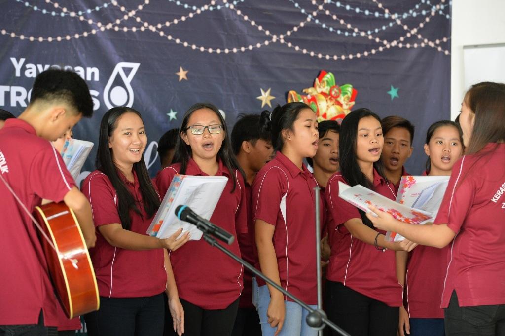 Villagers perform Christmas carol at the Petronas Sentuhan Kasih programme at Kampung Senagang, Keningau.
