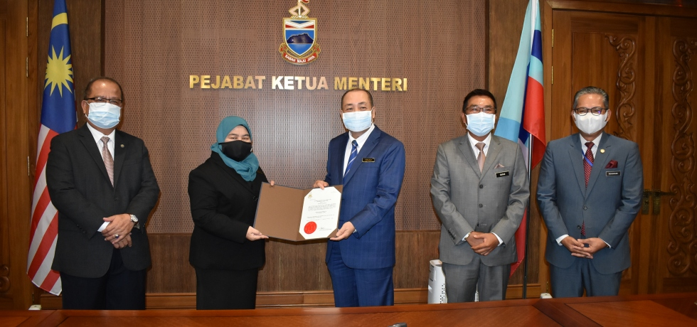Ketua Menteri, Datuk Seri Panglima Haji Hajiji Haji Noor menyerahkan watikah pelantikan Datuk Bandar Kota Kinabalu yang baharu kepada Puan Noorliza Awang Alip sambil diperhatikan oleh Pembantu Menteri kepada Ketua Menteri, Datuk Abidin Madingkir (kiri), Setiausaha Kerajaan Negeri (SKN) Datuk Seri Panglima Sr Haji Safar Untong (dua dari kanan) dan Ketua Pengarah Perkhidmatan Awam Negeri, Datuk Datu Rosmadi Datu Sulai (kanan).