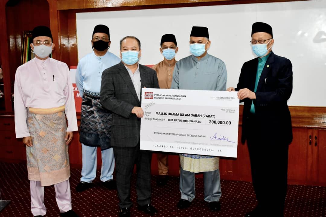 Mohd.Arifin (dua dari kanan) menyaksikan penyerahan bayaran zakat perniagaan oleh Datuk Rubin Balang (tiga dari kiri) kepada Datuk Seri Panglima Dr. Haji Hasbullah Haji Mohd Taha.
