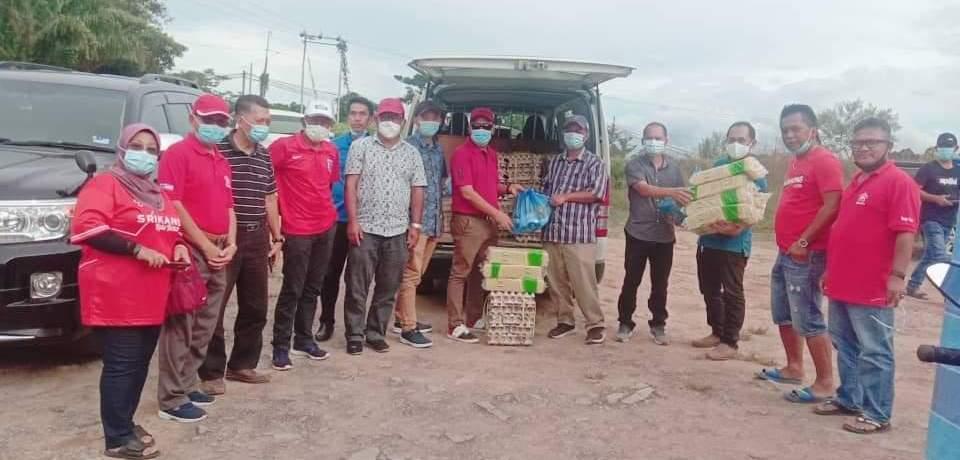 Sumbangan....Japlin menyerahkan sumbangan pek makanan kepada 100 orang penduduk Kampung Timbang Dayang Kota Belud.