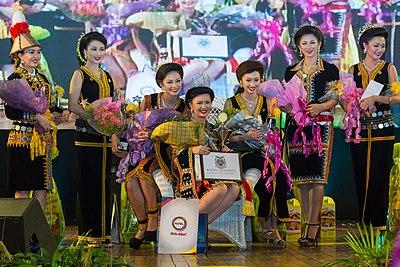 https://upload.wikimedia.org/wikipedia/commons/thumb/1/17/Penampang_Sabah_Unduk-Ngadau-2014-Finale-01.jpg/400px-Penampang_Sabah_Unduk-Ngadau-2014-Finale-01.jpg