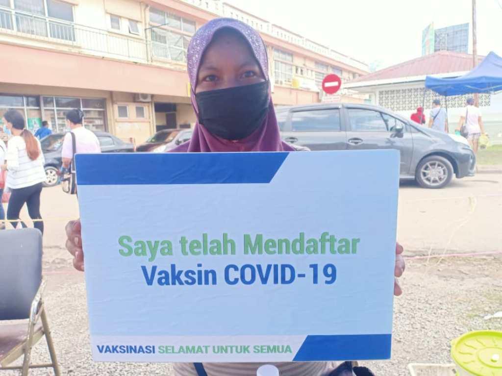 Mardea Poliang, 41,  antara peniaga di Tamu Manggatal mendaftarkan diri sebagai penerima vaksin Covid-19 di Kota Kinabal
