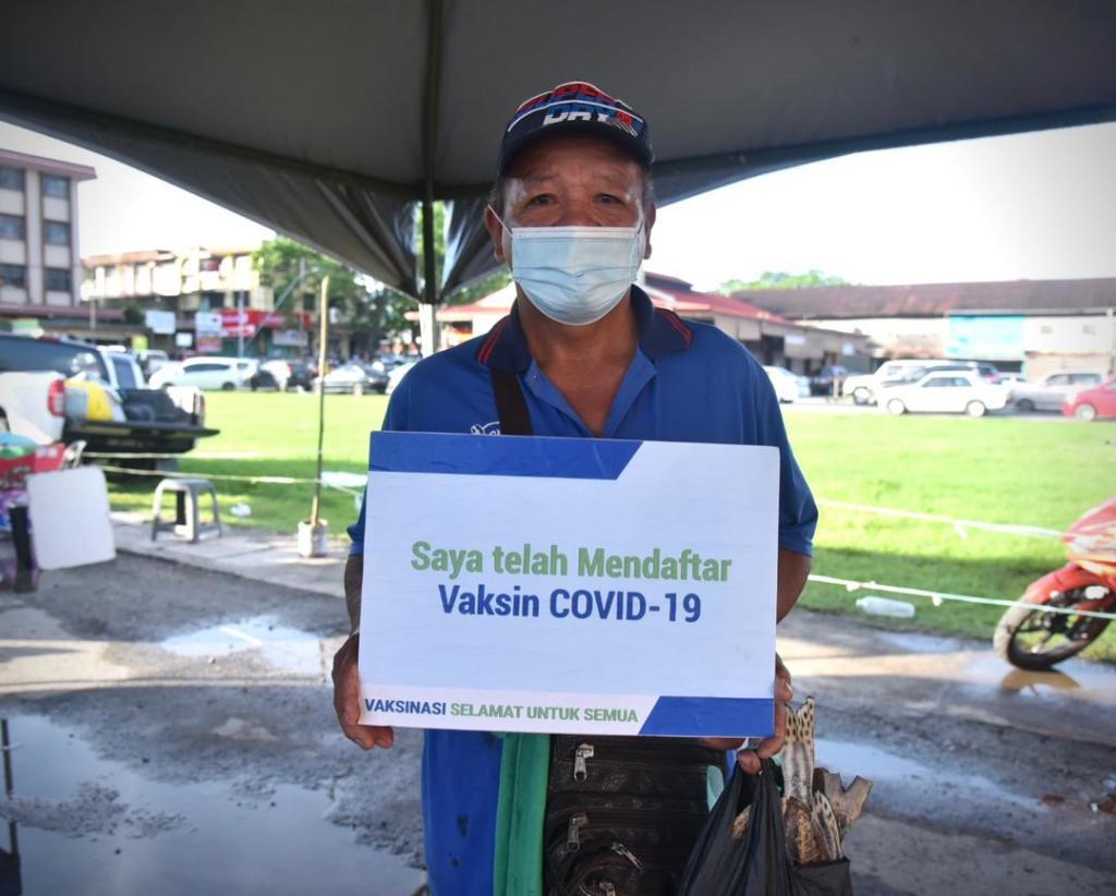 Fredoline antara pengunjung yang datang untuk membuat pendaftaran sebagai penerima vaksin Covid-19 di Tamu Manggatal, Kota Kinabalu.