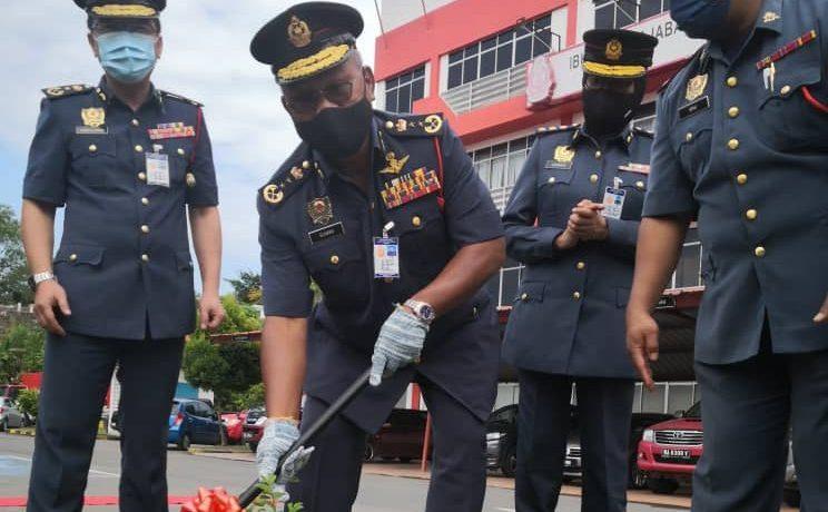 Kamarulzaman (kiri) mengiringi Soiman menanam pokok bidara sebagai simbolik lawatan rasmi beliau ke ibu pejabat JBPM Sabah di Kota Kinabalu.