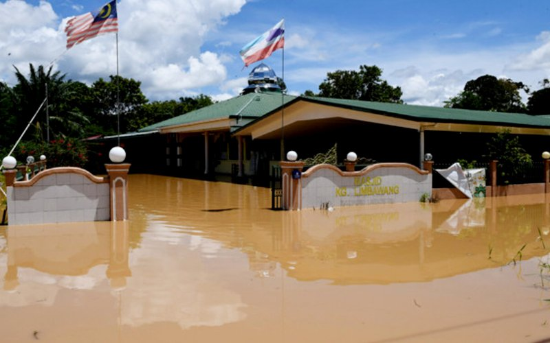 Masjid Kampung Limbawang in Beaufort under water. Both Beaufort and Tenom have been hit by floods but SESB says it's not because of the power station. (Bernama pic)