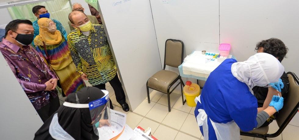 Pix 1 - Ketua Menteri Datuk Seri Panglima Haji Hajiji Haji Noor diiringi Naib Canselor UMS, Prof Datuk Dr Taufiq Yap Yun Hin dan Pengarah Jabatan Kesihatan Negeri Sabah (JKNS) Dr Rose Nani Mudin ketika meninjau PPV IPT UMS, di Kompleks Dewan Kuliah Pusat Ke-2, di UMS di Kota Kinabalu, pada Khamis