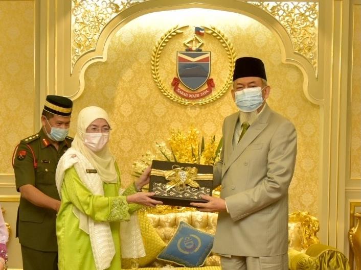 Pengarah Kesihatan Sabah Dr Rose Nani Mudin bersama TYT