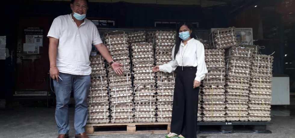 Fadzil (kiri) dan Rosalind menunjukkan 500 tray telur yang akan diagihkan kepada penduduk di lima kampung di Dun Kundasang.