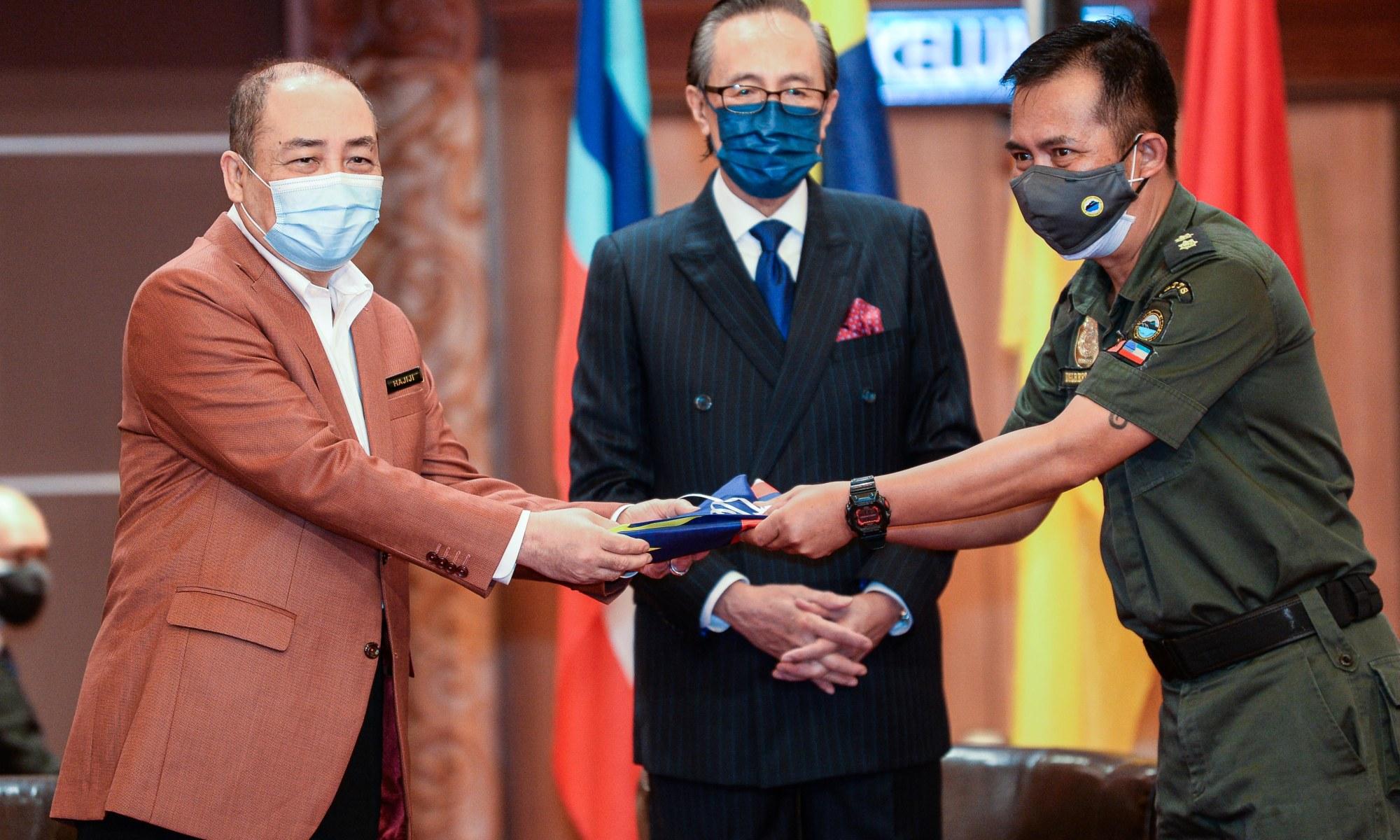 Ketua Menteri Sabah menyerahkan jalur Gemilang kepada renjer Kinabalu Park