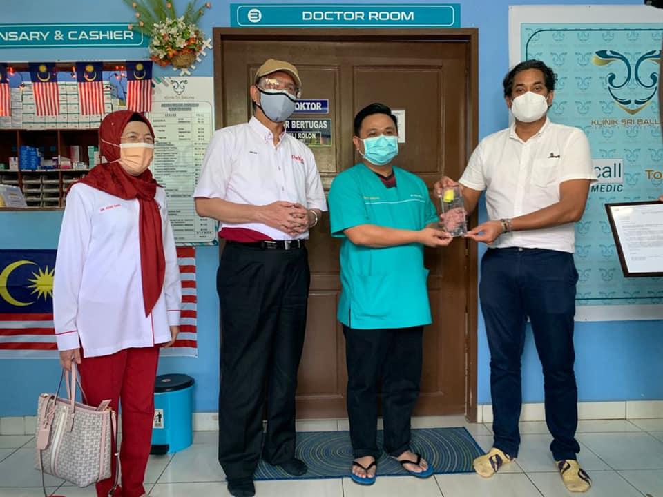 Khairy Jamaluddin sempat ke Klinik Sri Balung (Pengamal Perubatan Am Swasta) untuk menyampaikan Anugerah PeKa B40 bagi pencapaian menjalankan saringan kesihatan tertinggi untuk tahun 2019-2020.