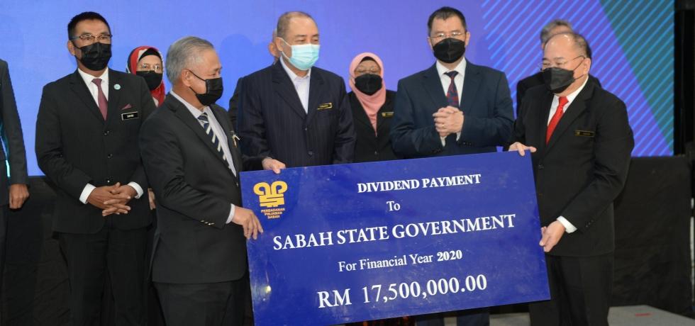 Ketua Menteri Datuk Seri Panglima Haji Hajiji Haji Noor menyaksikan penyampaian bayaran dividen oleh Perbadanan Pinjaman Sabah (PPS) kepada Kerajaan Negeri.