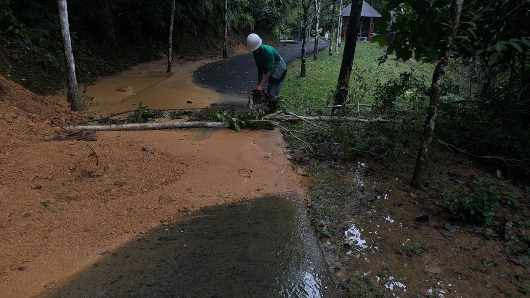 Petugas membersihkan Taman Tun Fuad